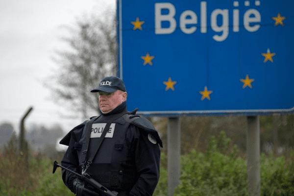 Plusieurs personnes ont été arrêtées samedi 14 novembre lors d'une vaste opération de police dans la commune bruxelloise de Molenbeek, liée à la vague d'attaques à Paris, alors qu'une piste belge semble se matérialiser. Les contrôles aux frontières sont renforcés.