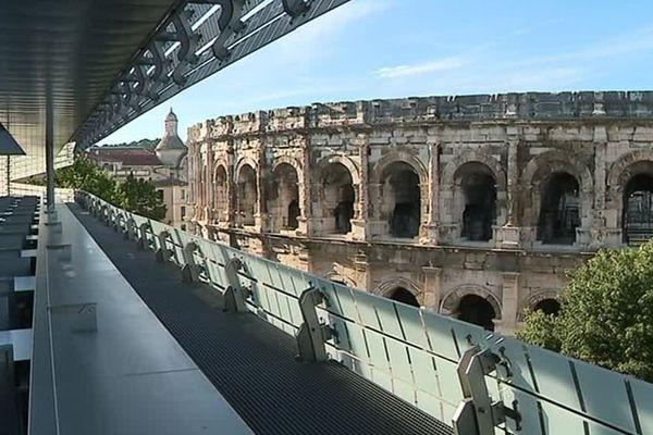 Les Arènes de Nîmes vues du musée de la Romanité - archives
