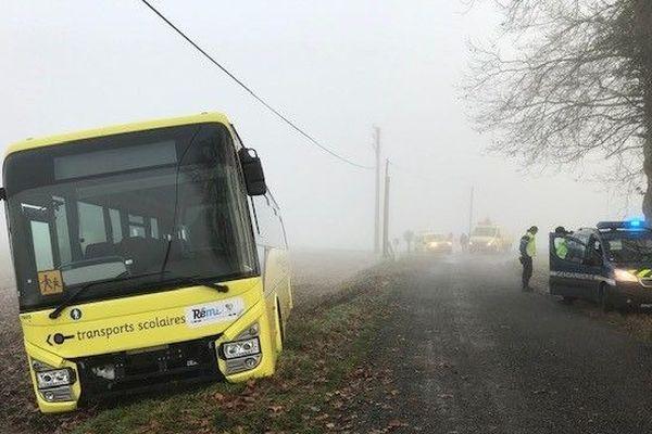 Le bus est sorti de la route.