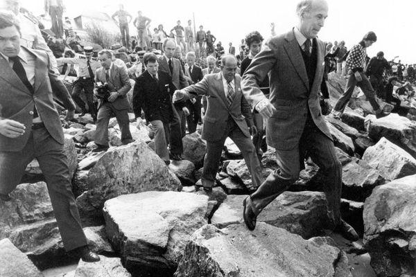 Valéry Giscard d'Estaing à Portsall en 1978, après le naufrage de l'Amoco Cadiz