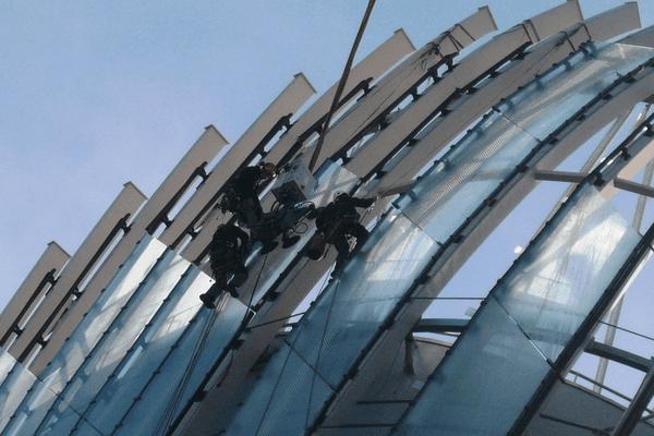 Les hommes de Coveris assurés par des alpinistes d'Adrénalyne 33