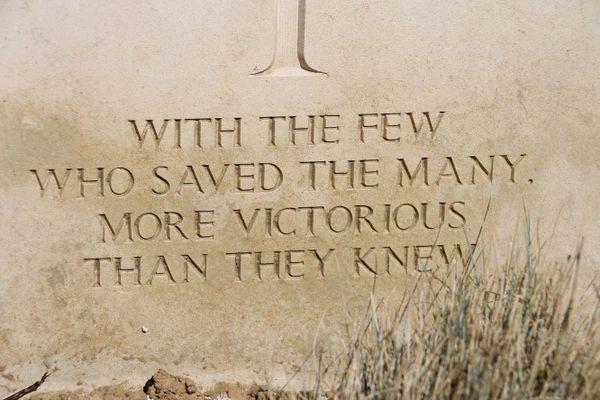 """""""Avec les quelques uns qui en ont sauvés tant, plus victorieux qu'ils ne l'ont jamais su"""". Epitaphe sur la tombe d'Harold Leslie Atkin-Berry, pilote de la Royal Air Force, inhumé au cimetière militaire de Terlincthun, près de Boulogne-sur-Mer."""