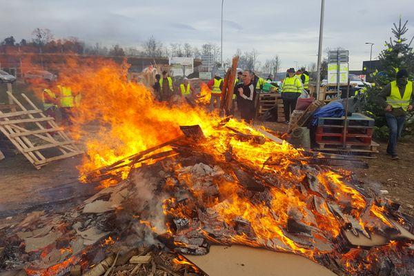 Du côté de Lezoux, le 18 décembre, les gilets jaunes ont rapidement démantelé leurs installations, et brûlé les matériaux.