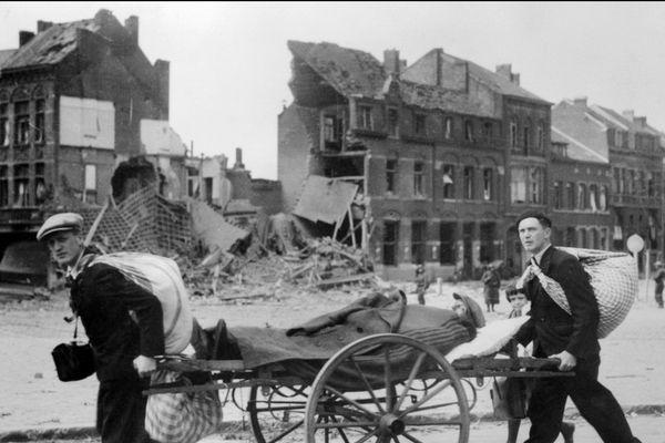 Des civils fuyant les bombardements et l'arrivée des troupes allemandes, prennent la route de l'exode, en mai 1940, durant la seconde guerre mondiale. 1 mai 1940