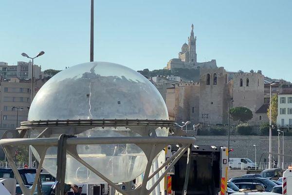 """L'""""Aquabulle"""" sur le quai Marcel Pagnol du Cercle Nautique et Touristique du Lacydon (Marseille), peu avant son immersion."""