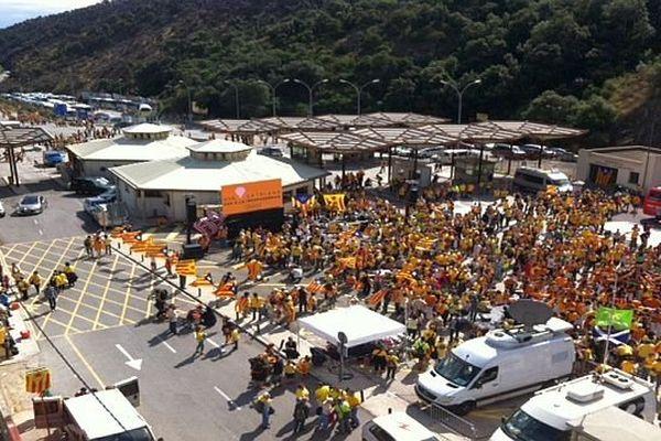 Perthus (Pyrénées-Orientales) - la chaîne humaine pour l'indépendance de la Catalogne à la frontière - 11 septembre 2013.