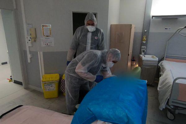Une patiente positive au Covid prise en charge par des ambulanciers entre un hôpital et un EHPAD