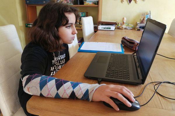 Phebee, 13 ans, collégienne à Orléans, a vu les cours en visio de ses deux premiers jours d'école à la maison annulés