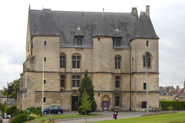 Dans l'Orne, à Argentan, le Château des Ducs connaîtra un ciel qui deviendra bien ensoleillé au fil des heures, après une matinée parfois nuageuse.