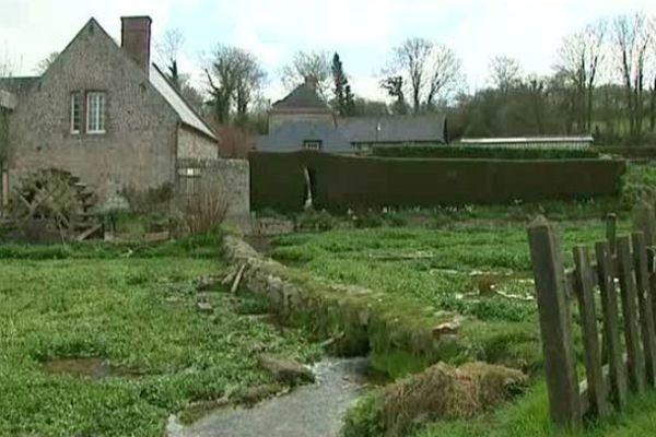 Une des vues qui a rendu le petit village de Veules les Rose célèbre, bien au-delà des frontières normandes.
