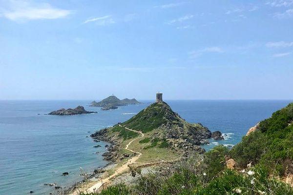 A la pointe du golfe d'Ajaccio, dans le prolongement de la Parata, les 4 îlots classés des Iles Sanguinaires (Corse du Sud)