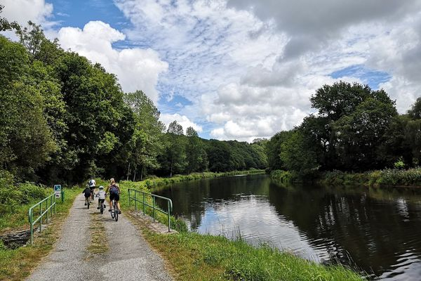 Les 360 kilomètres et 236 écluses du canal de Nantes à Brest invitent à la promenade à pied ou à vélo.