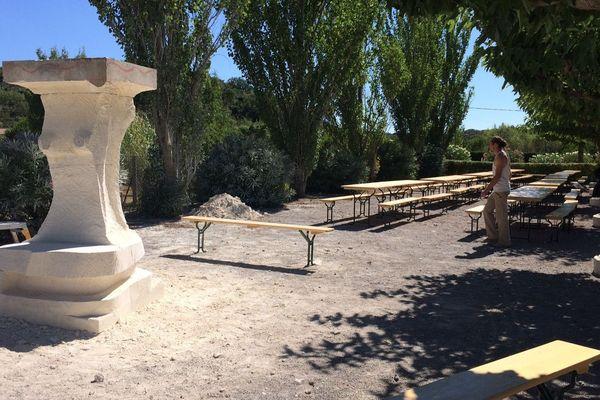 Des tailleurs de pierre ont commencé à sculpter une stèle en hommage à Barbara Weldens