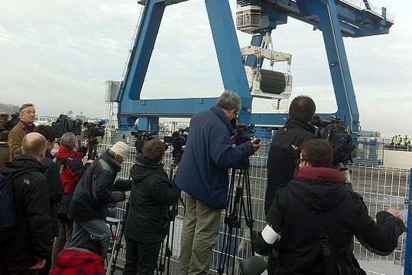 Le chargement du 3ème et dernier château de Mox dans le port de Cherbourg, mercredi 17 avril 2013 au matin