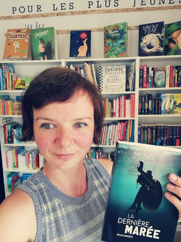 """Claire Gourlet dans sa librairie-café """"Le chien qui louche"""" à Rochefort-Montagne (Puy-de-Dôme)."""