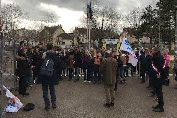 Manifestation d'une délégation du lycée de Clamecy devant le rectorat de Dijon