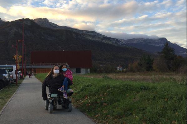 Anne-Laure Albert rentrant de l'école avec sa fille Inaya.