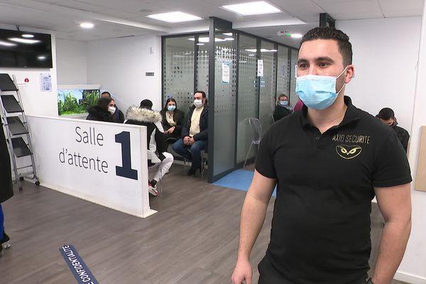 Cet agent de sécurité perd deux heures de salaire chaque jour à cause du couvre-feu à 18h.