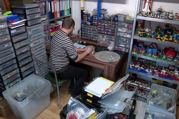 """Cet """"Adult fan of Lego"""" a rempli toute une pièce de sa maison avec des Lego. Boîtes et tiroirs remplis, étagères surchargées, notices de montage précieusement archivées dans des classeurs... Il y a tout."""