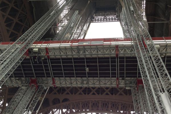 Cette imposante plateforme se situe au coeur des quatre piliers de la tour Eiffel