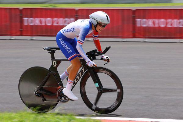 Juliette Labous, la Franc-Comtoise sur son vélo lors du contre-la-montre aux JO de Tokyo.