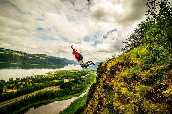 Le base jump consiste à sauter d'une falaise puis à déclencher un parachute.