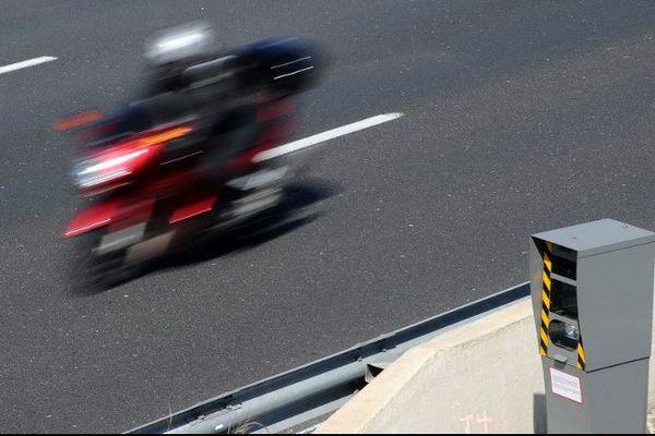 Le double-sens : un même équipement contrôle la vitesse des véhicules sur deux voies de circulation en sens opposés