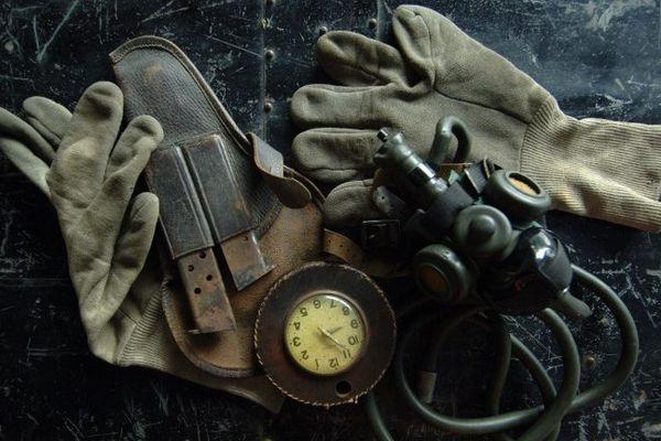 Photo prise le 03 mai 2006 au Mémorial de Caen des gants, de la montre et du masque à oxygène d'Antoine de Saint-Exupéry.