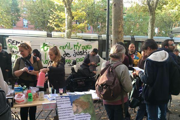 Une cinquantaine de personnes s'est rassemblée, jeudi 10 octobre, devant le palais de justice de Toulouse en soutien à Rémi Fraisse et à sa famille.