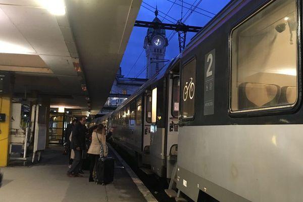 Peu de voyageurs pour prendre l'unique train pour Paris ce lundi 9 avril