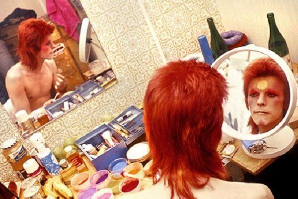 Bowie se maquillant avant un concert