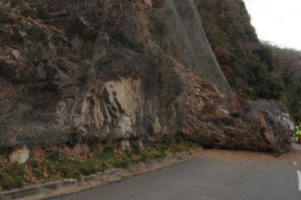 Un pan de falaise s'est effondré sur la RD 55 entre Vabre et Roquecourbe, dans le Tarn.