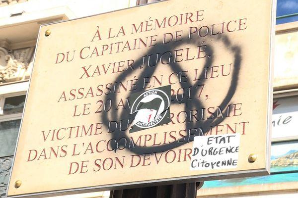 La plaque commémorative en hommage à Xavier Jugelé vandalisée.