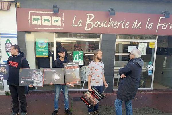 """Des manifestants de l'association anti-spéciste 269 life france, en discussion avec un des journalistes de France 3  Occitanie, lors de leur manifestation devant une boucherie bio à Montpellier. Ils dénoncent toute exploitation animale et parlent """"l'hypocrisie de la viande bio""""."""