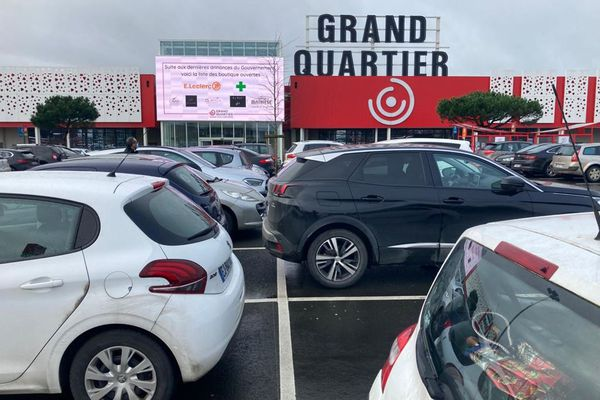 Le centre E. Leclerc et quelques autres magasins alimentaires étant ouverts, il y avait des voitures sur le parking du centre commercial Grand Quartier près de Rennes malgré la fermeture de la galerie