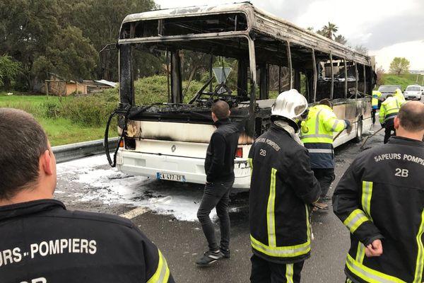 11/04/2018 - Un bus a pris feu mercredi matin non loin de l'aéroport de Bastia (Haute-Corse), sans faire de blessés.