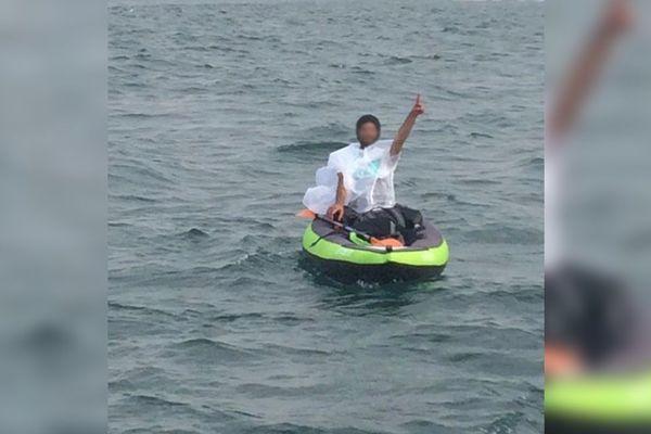 Le migrant secouru mardi tentait de rallier l'Angleterre à bord d'un kayak.