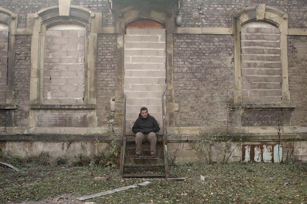 Karim se retrouve seul après avoir dénoncé une pollution dans une vidéo, en 2016.