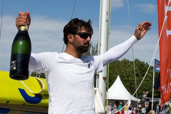 Le champagne pour Yoann Richomme à l'arrivée à La Rochelle