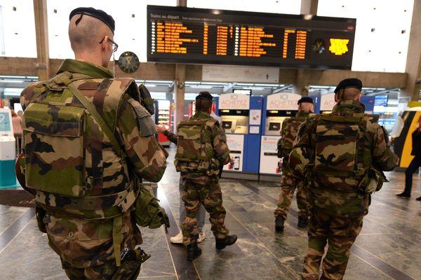 Dans le cadre de l' état d' urgence illustration sur les contrôles Vigipirate dans le hall et sur les quais de la gare de Nantes.