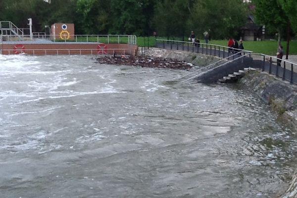 On a rarement vu l'eau monter aussi haut au niveau du déversoir de Saint-Julien-lès-Villas
