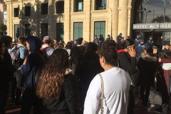 300 lycéens sont rassemblés devant la mairie de Cannes ce mardi à 11 heures.