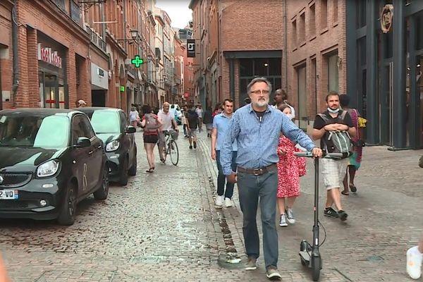 Dans les rues du coeur de ville piétonnier de Toulouse, peu nombreux sont les passants qui savent qu'il faut porter le masque le samedi.