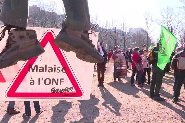 Les manifestants sont restés cantonnés sur l'esplanade des Invalides.