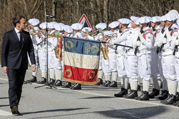 Emmanuel Macron a commencé la cérémonie par une revue des troupes.