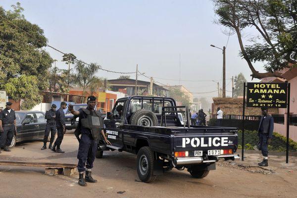 En mars 2015, un policier malien bloque la rue près du restaurant La Terrasse où a eu lieu un attentat provoquant la mort de cinq personnes dont un Belge et un Français