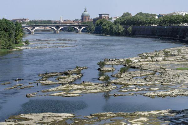 Photo d'archive de la Garonne à Toulouse. La sécheresse pourrait être précoce cette année en Haute-Garonne