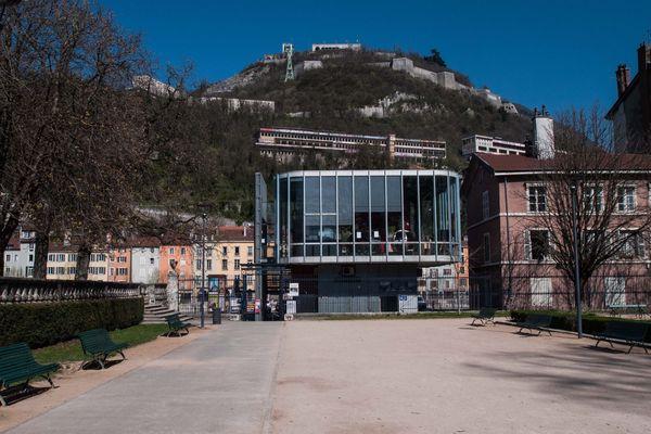 Le jardin de Ville et l'arrivée des bulles de Grenoble, en bas de la Bastille, sans personne pour y faire la queue.