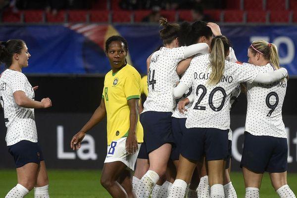 Les Bleues célèbrent l'unique but de la rencontre signé Valérie Gauvin.