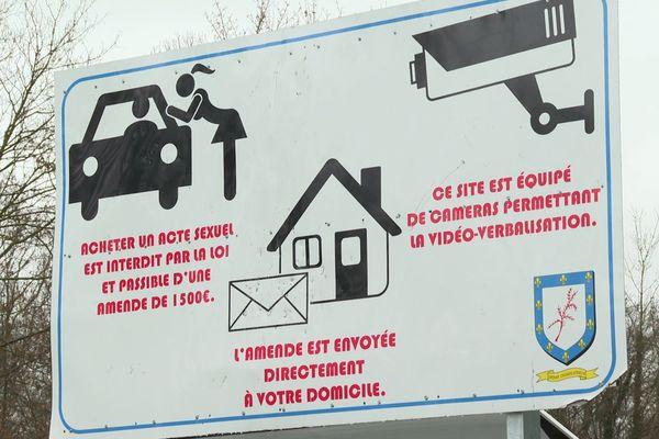 Le panneau installé par la mairie d'Epinay-Champlâtreux, au bord de la départementale.